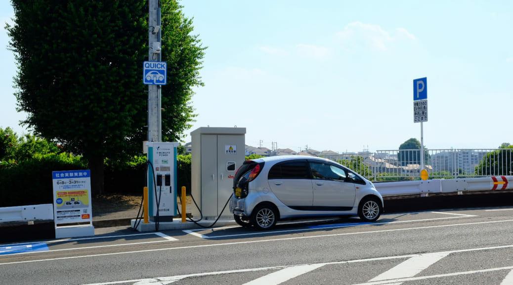 日本初! 横浜市内の公道上に電気自動車2台用の急速充電器が出現