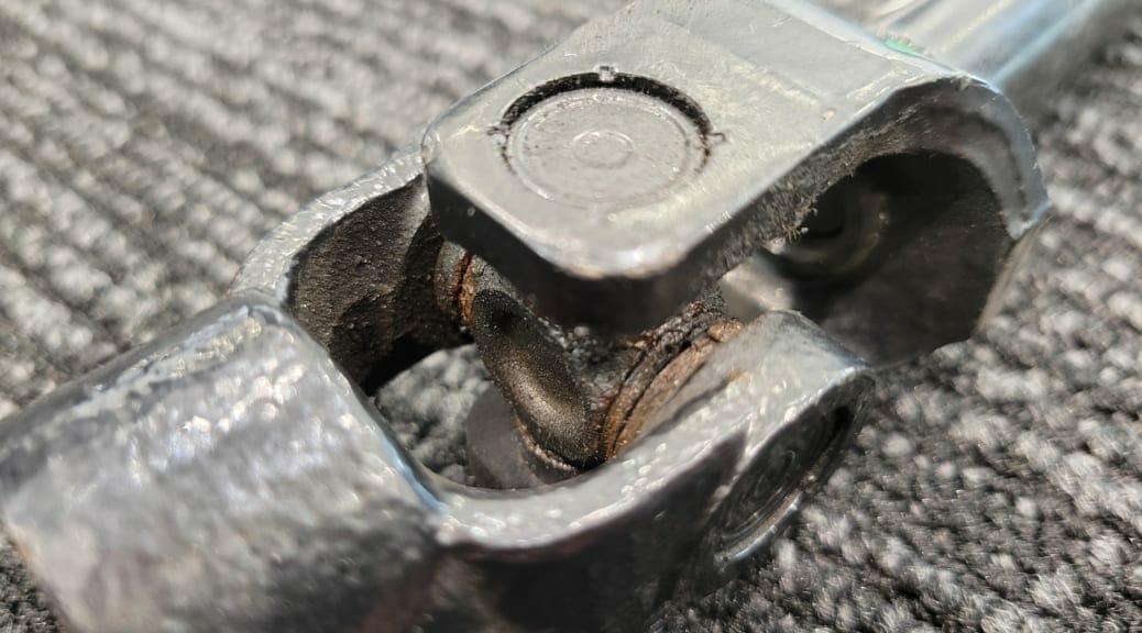 テスラ モデルXのステアリングI-シャフトの交換(パワステが重い)