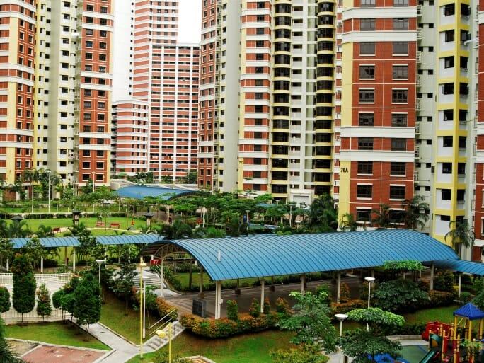 典型的なHDB apartmentの一つ。Bukit Merah地区の建物群。こうした団地の中には、野菜・肉・鮮魚を扱うスーパー(wet market)と屋台街(hawker centre)、それにカフェや商店街などがある。