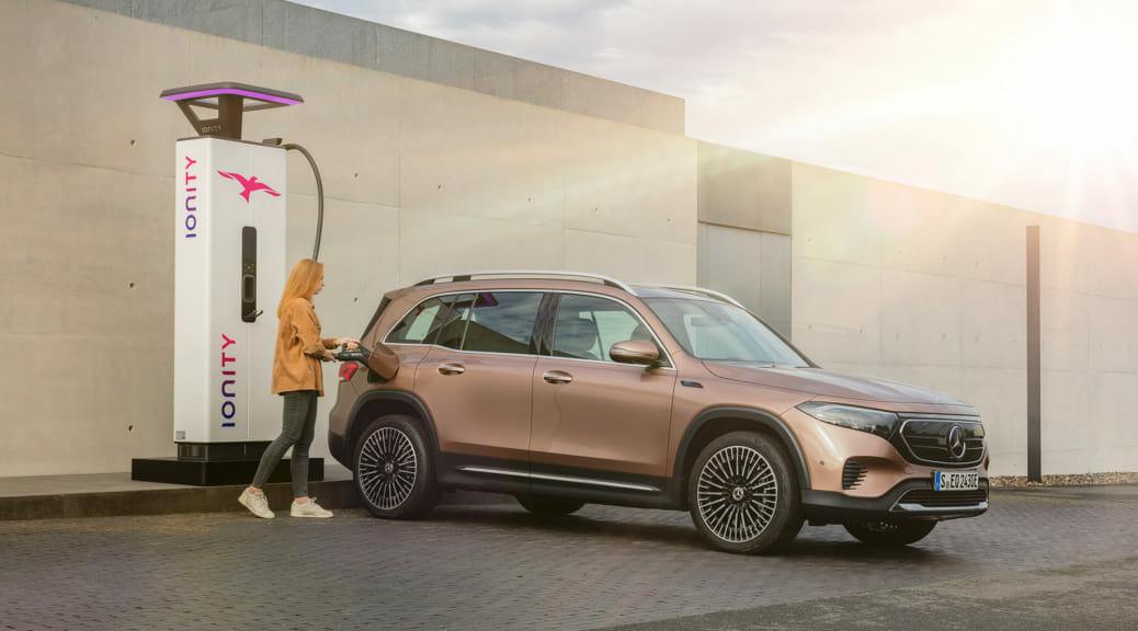 メルセデスベンツがコンパクトSUV電気自動車『EQB』発売を発表〜日本導入は未発表